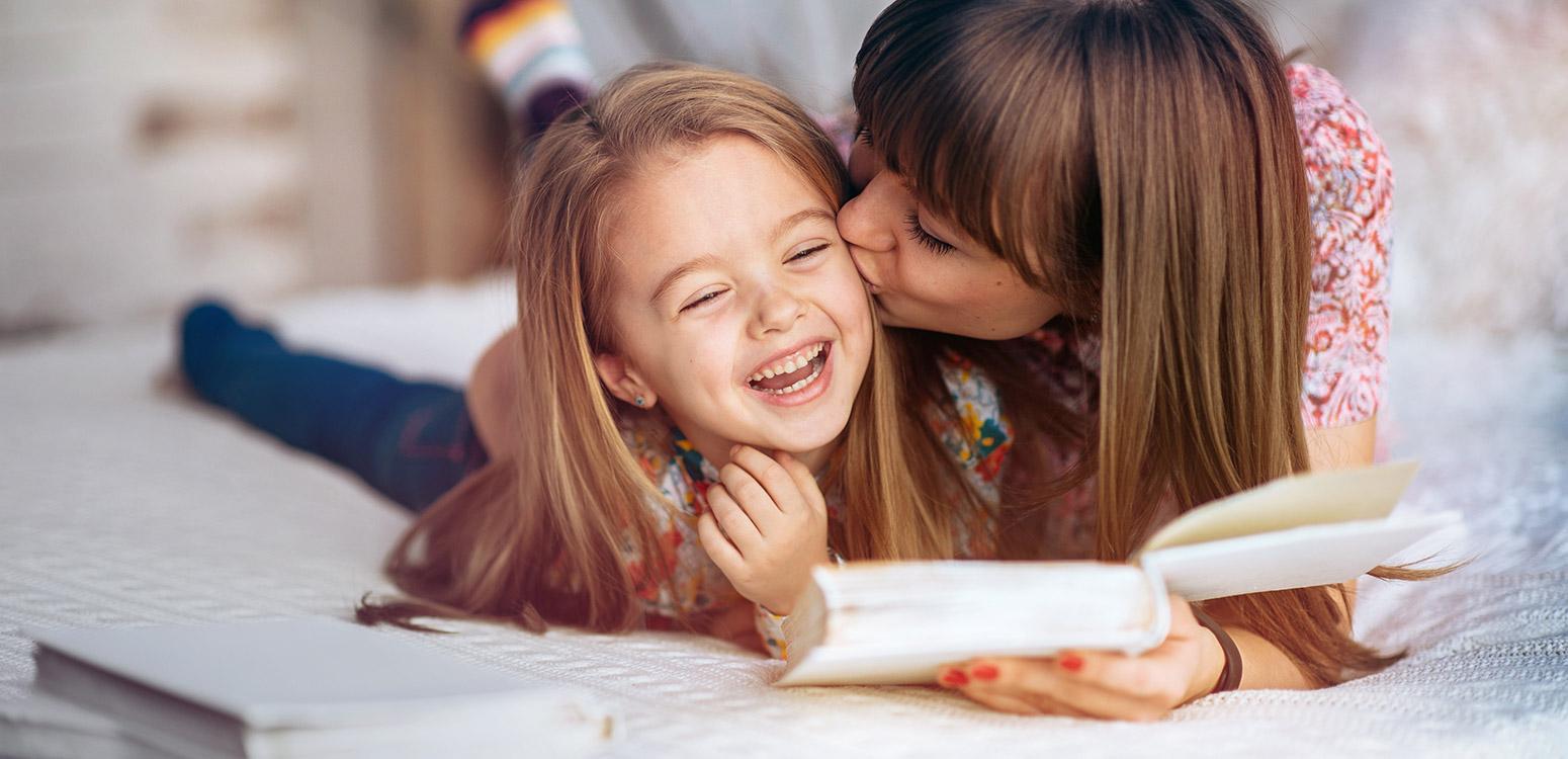 Mutter und Tochter beim Lesen.