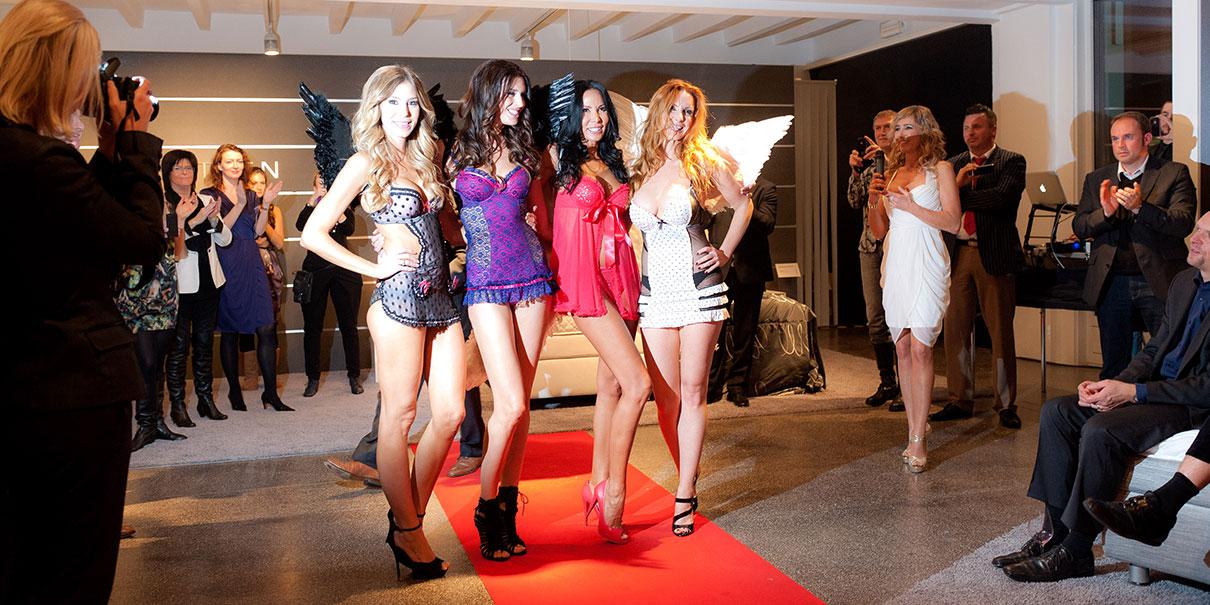 Victoria's Secret Models auf einer Ausstellung.